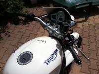Triumph Speed triple 1050 blanche (phares ronds) volée!